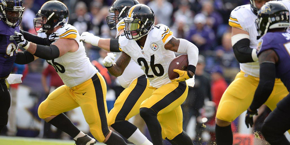 Steelers RB Le'Veon Bell carries the football