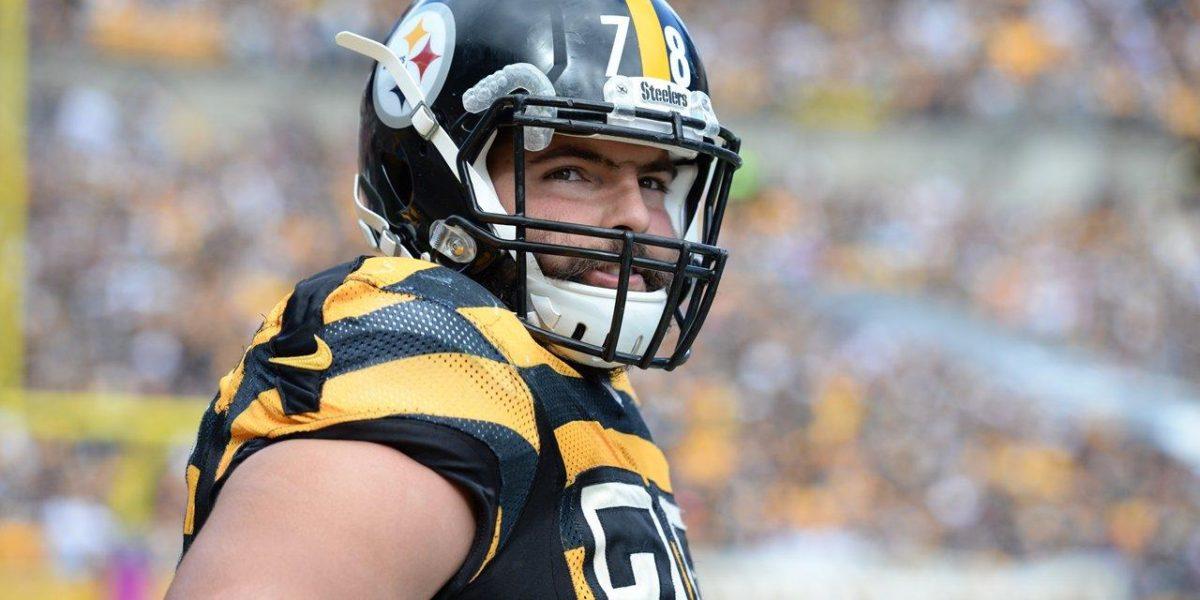 Pittsburgh Steelers left tackle Alejandro Villanueva blocks an edge rusher