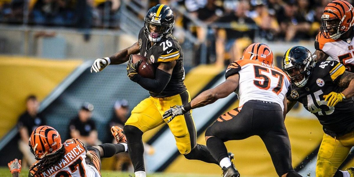 Pittsburgh Steelers running back Le'Veon Benn rushes against the Cincinnati Bengals in Week 7 of the 2017 NFL season