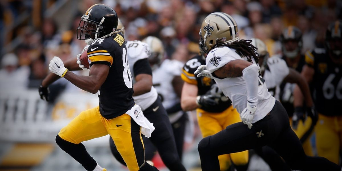 Pittsburgh Steelers receiver Antonio Brown outruns a New Orleans Saints defender (Nov. 29, 2014)