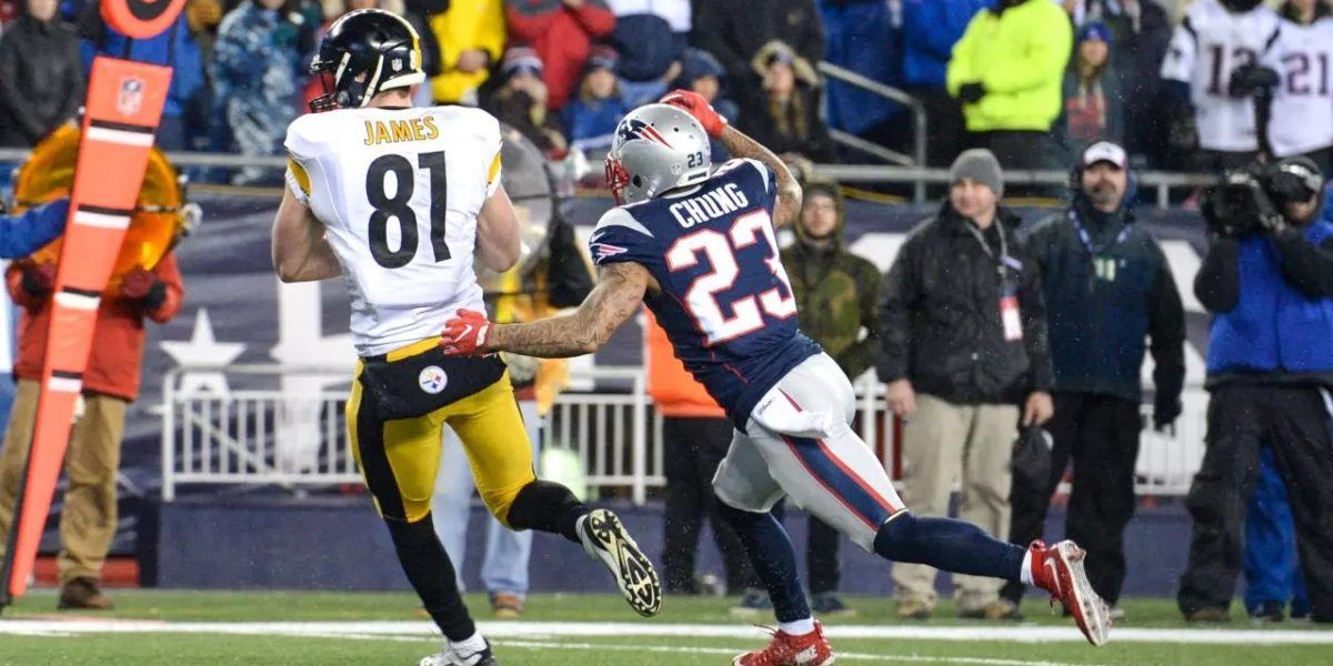 Steelers tight end Jesse James makes a catch in the AFC Championship game in Jan. 2017 against Patriots defender Patrick Chung