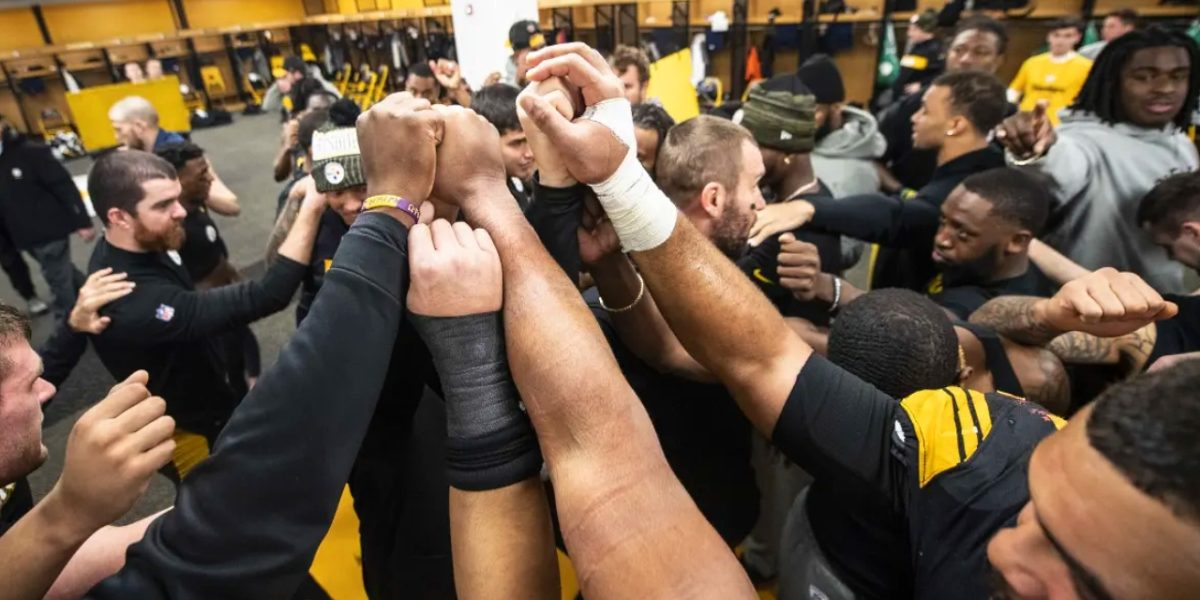 Steelers head coach Mike Tomlin celebrates with his players after a win over the New England Patriots in Week 15 of the 2018 NFL regular season
