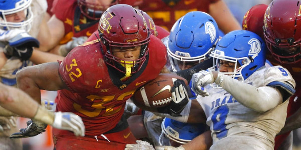 Iowa State Cyclones running back David Montgomery (32) rushes against the Drake Bulldogs