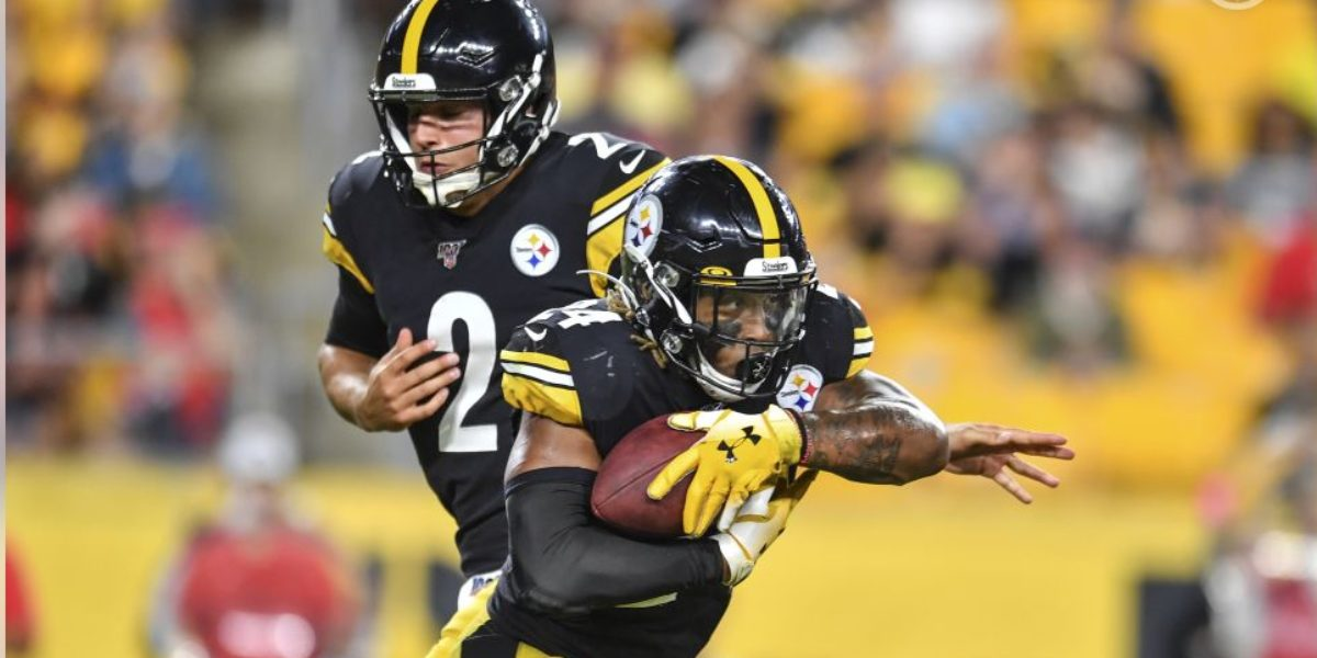 Steelers QB Mason Rudolph hands off to RB Benny Snell