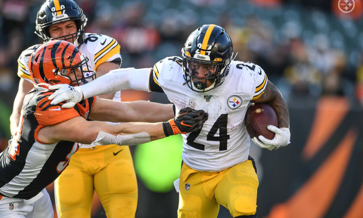 Pittsburgh Steelers running back Benny Snell Jr. rushes against the Cincinnati Bengals