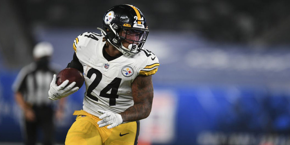 Pittsburgh Steelers running back Benny Snell carries the ball against the New York Giants in Week One of the 2020 NFL regular season