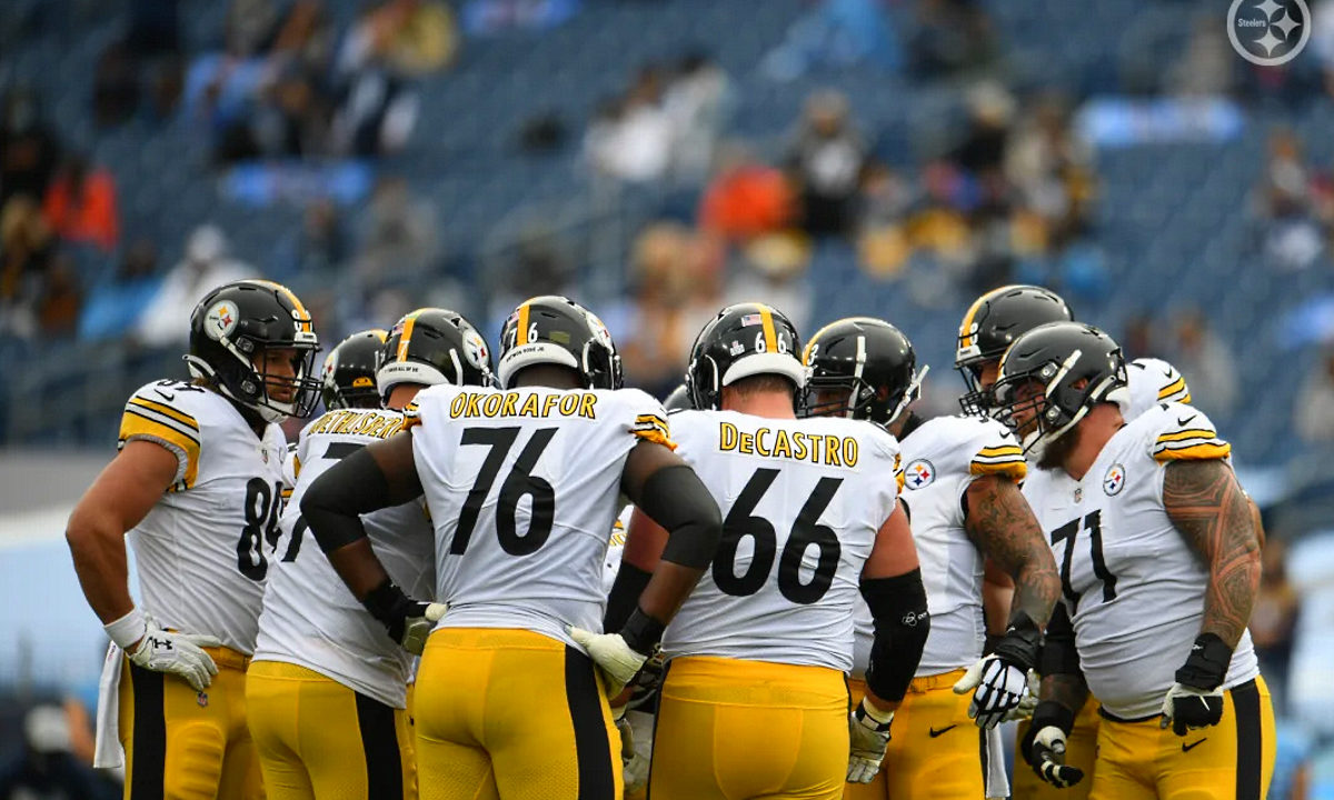 The Steelers offense huddles up before facing the Titans