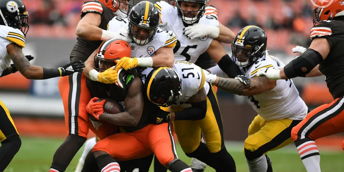 Alex Highsmith (56) and Avery Williamson (51) of the Pittsburgh Steelers