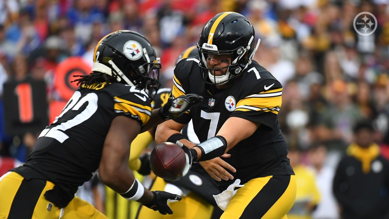 Ben Roethlisberger hands of to Najee Harris of the Pittsburgh Steelers